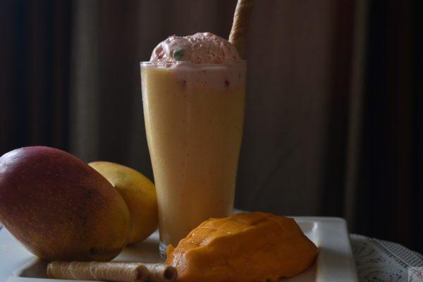 Mango Shake with Ice Cream मॅंगो शेक आइस क्रीम के साथ