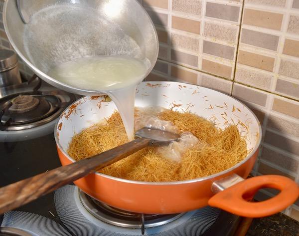 दूध पानी को सेवई में डाले pouring mixture in roasted Sewai