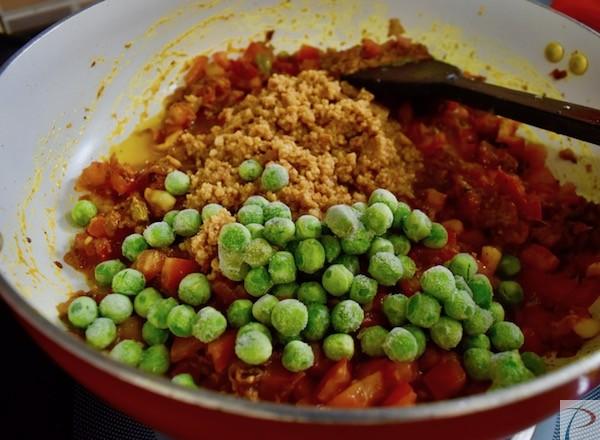 Add Khoya and Peas to Masala मसाले में खोया/ मावा और मटर मिलाये