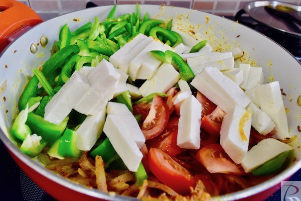 सारी सब्जियां डालें पनीर के साथ add all veg with Cottage cheese