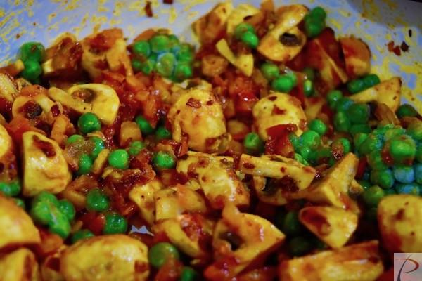 मशरुम टमाटर व् मटर को मिलाएं mix mushroom, tomato and peas together