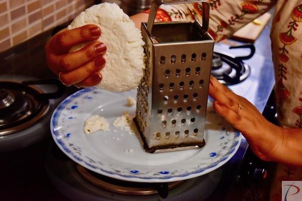 पनीर कद्दूकस करें grate paneer