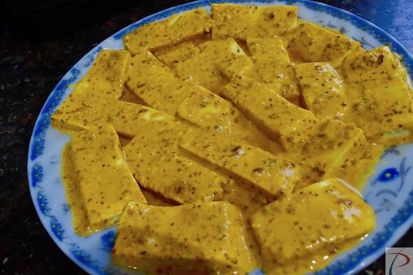 पनीर के टुकड़े बेसन में लिपटे हुए paneer cubes in besan