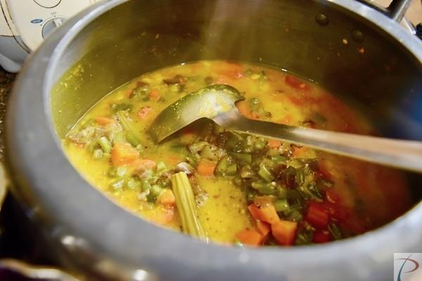 दाल में सब्जी मिलाये veg and dal mix