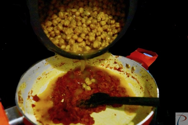 उबला छोला डालें pour boiled chola to masala