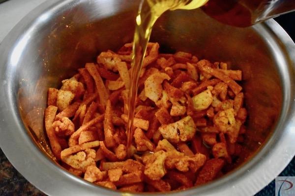 सरसों का तेल डालें pour mustard oil