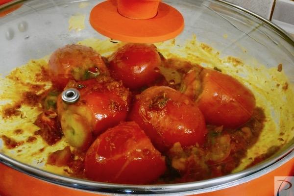 ढक्कन से ढके cover with lid