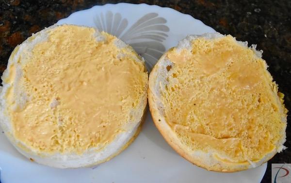 बर्गर मेयोनेज़ बन पर लगाएं burger mayonnaise on buns