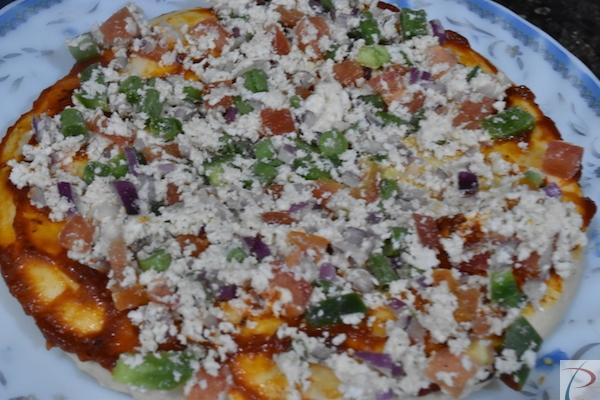 पनीर मिक्सचर फैलाएं with paneer mixture