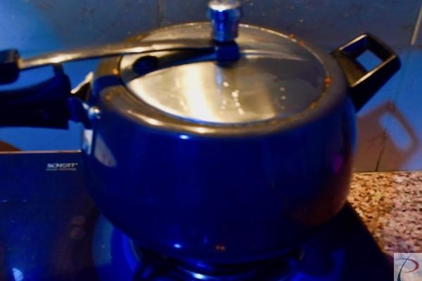 कुकर में in cooker